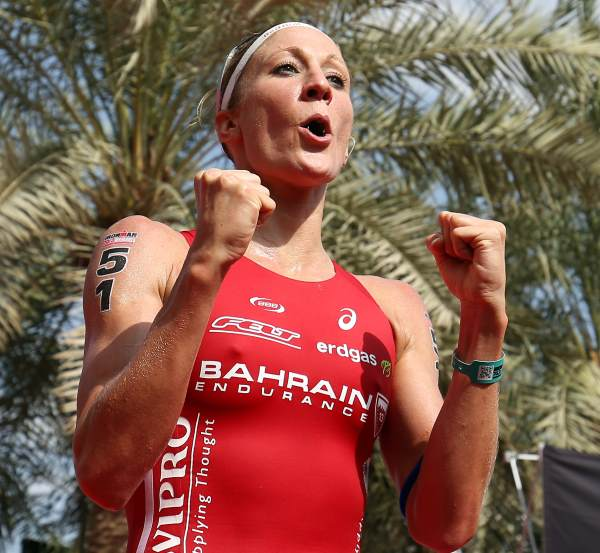 Million Dollar Baby Ryf holt sich den Siegerscheck in Bahrain 1