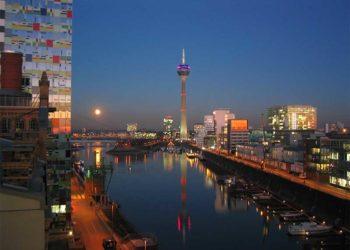 Der Düsseldorfer Hafen bei Nacht