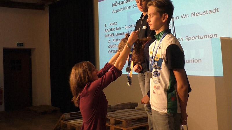 Sara Vilic überreicht bei der NÖTRV Gala die Landesmeister Medaillen