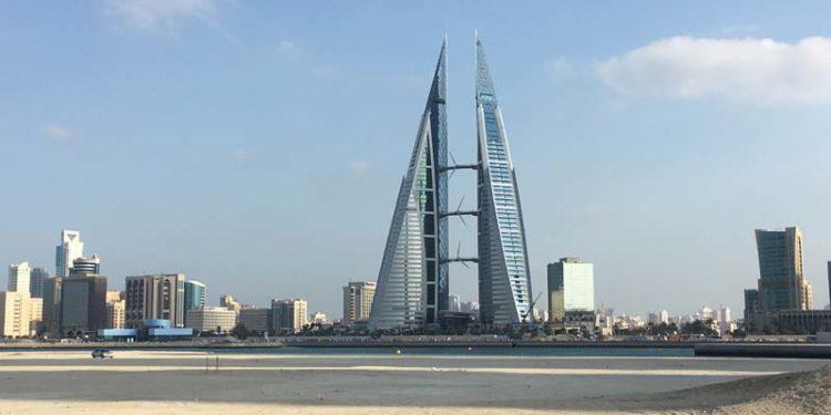 Die Schwimmstrecke beim IRONMAN 70.3 Bahrain vor der modernen Skyline von Manama
