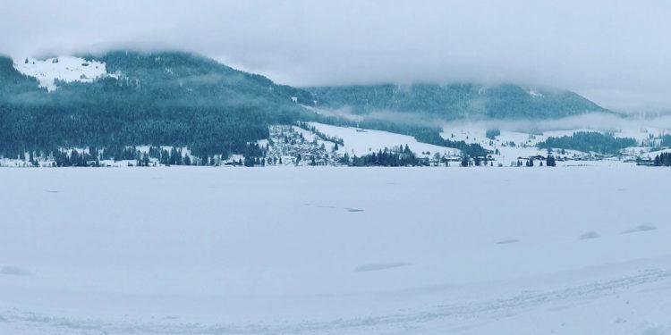 Wunderschöner schneebedeckter Walchsee