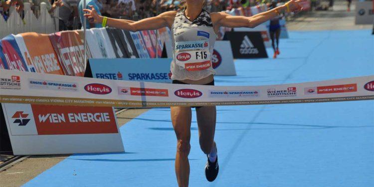 Freude bei Eva Wutti nach 42,2 Kilometer beim Vienna City Marathon | Foto: Olaf Brockmann
