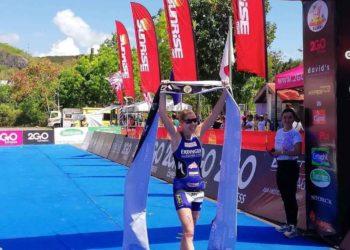 Carina Wasle jubelt über ihren Sieg beim XTERRA Danao