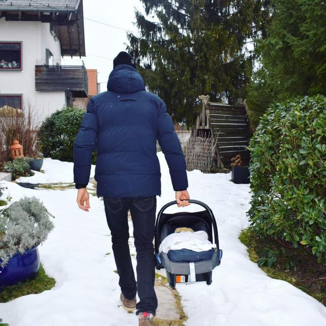 Lukas Hollaus trägt seinen Sohn nach Hause
