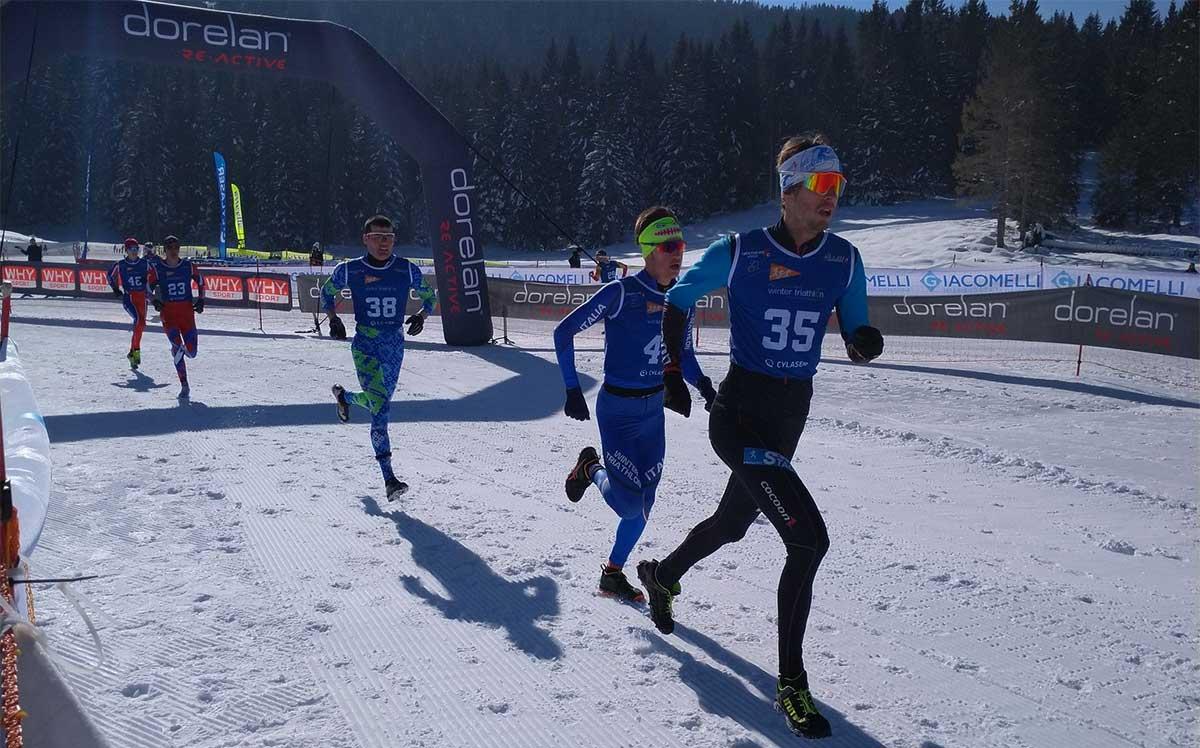 Christoph Schlagbauer führt das Feld bei der Wintertriathlon Weltmeisterschaft 2019 an.