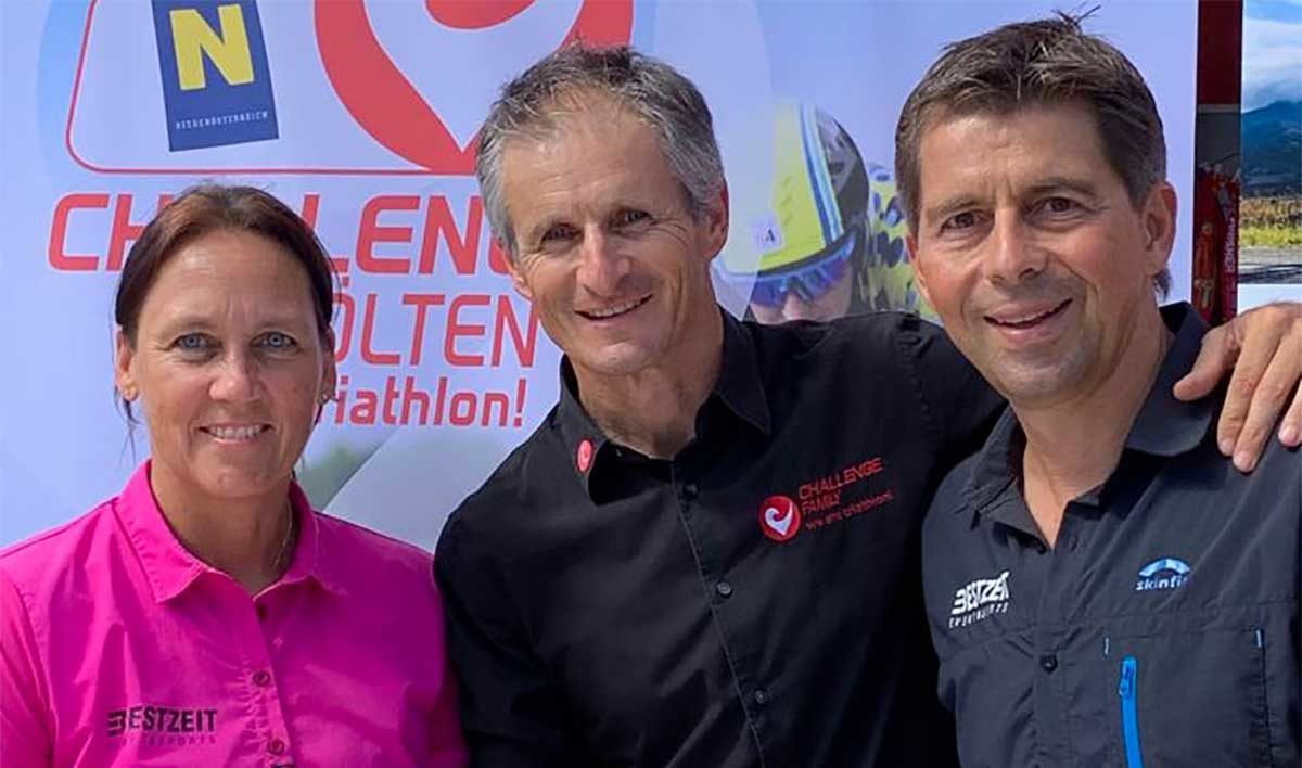 Petra Schwarz (Bestzeit), Zibi Szlufcik (Challenge Family), Christoph Schwarz (Bestzeit) bei der Vertragsunterzeichnung