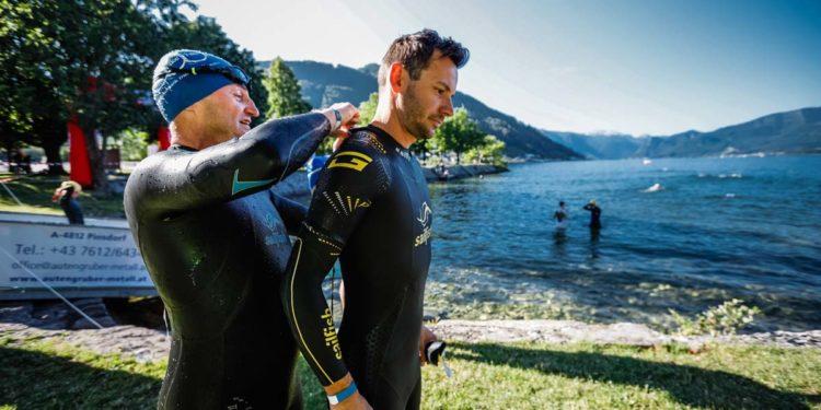 Auch das Neopren anziehen muss wieder geübt werden. Die Vorbereitungen auf den Gmunden Triathlon 2021